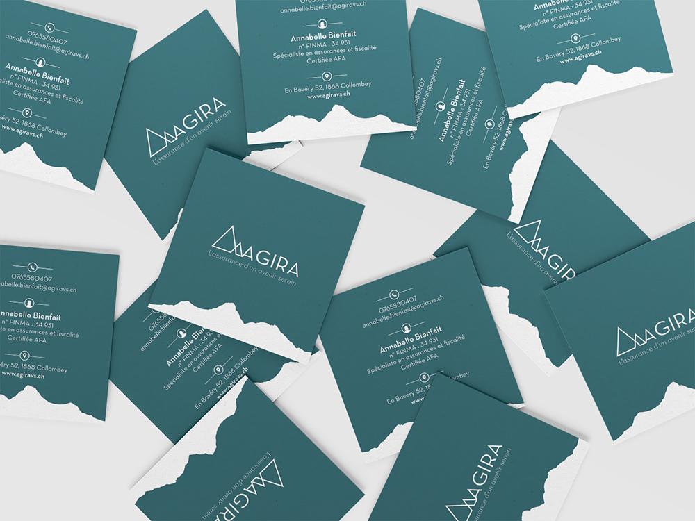 Carte de visite carrée. Mockup. Carte bleu canard avec des montagne blanche. Carte standard. Assurance suisse.