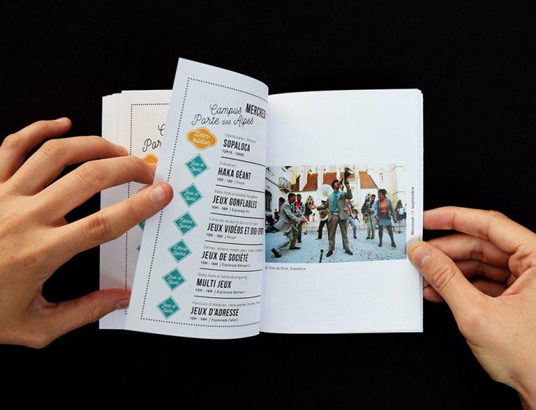 Double page. Photographie. InDesign. Couverture du programme. Mise en page. Illustration à la main. Format A6. 56 pages.