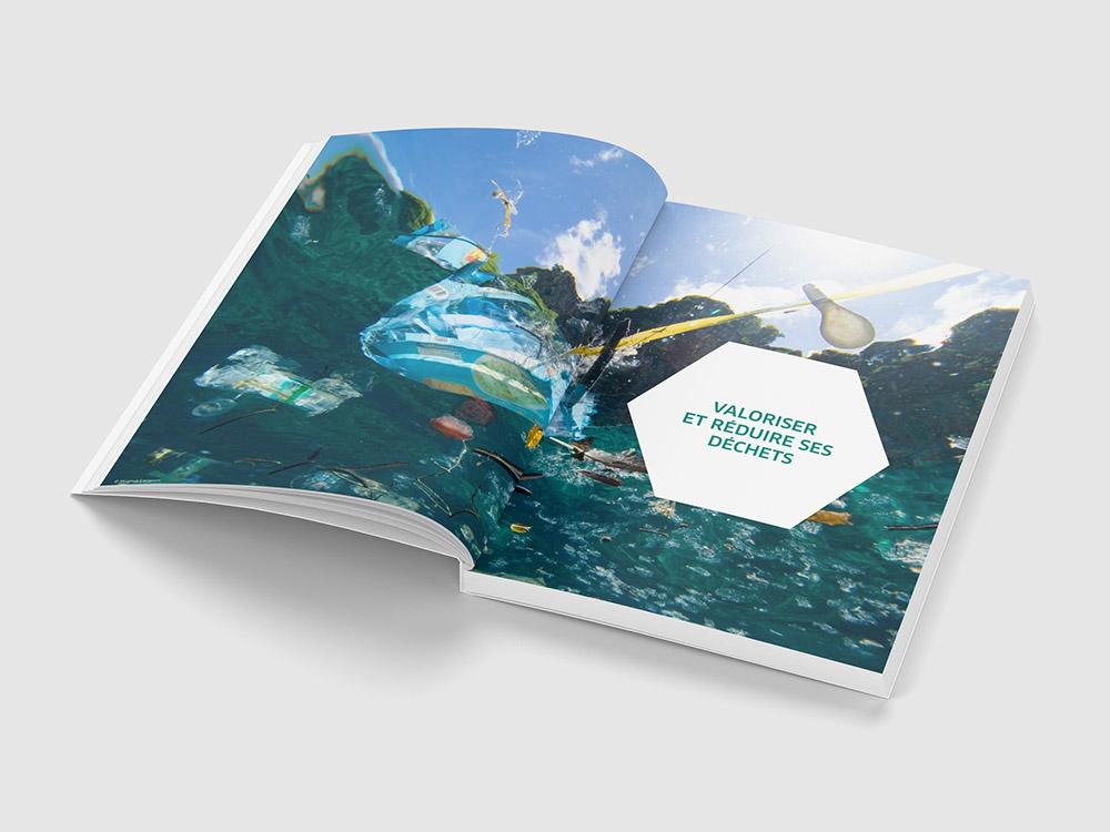 Page de séparation de chapitre. Il y a un photo qui prend les deux pages représentant un plastique dans l'océan.