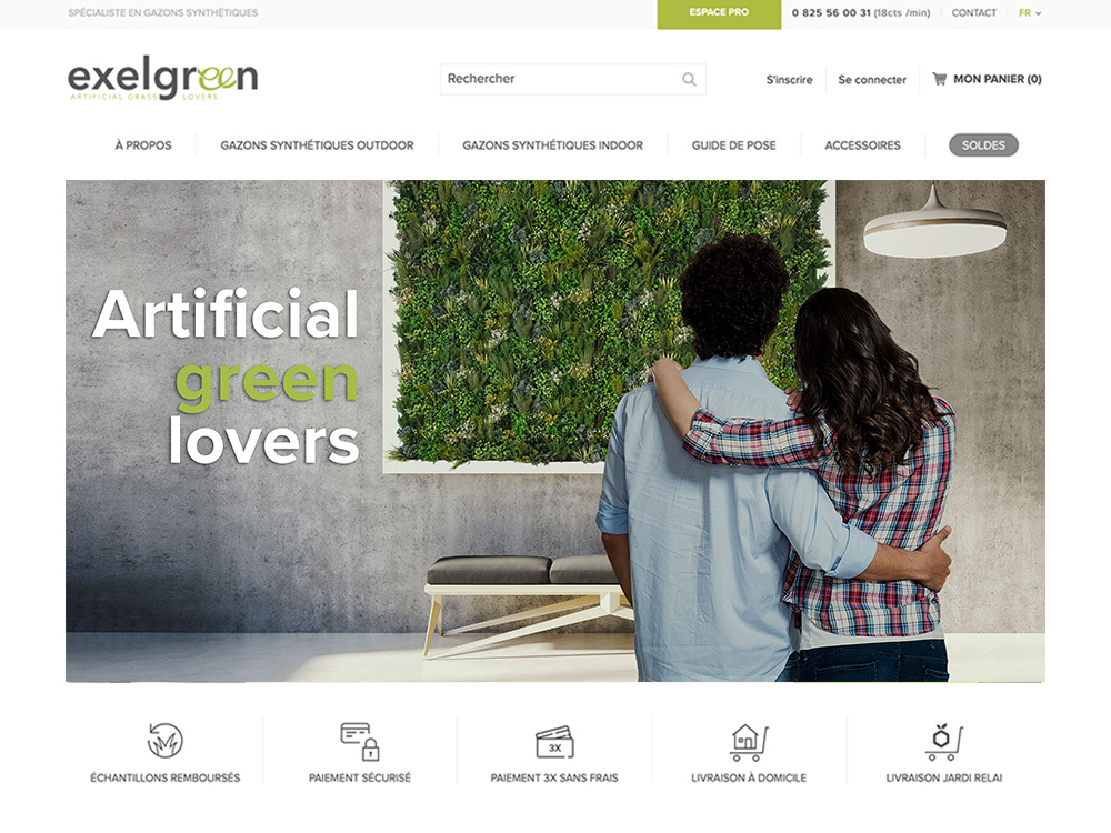 """slide commerciale représente""""sentant un couple devant un tableau qui est en fait un mur végétal."""