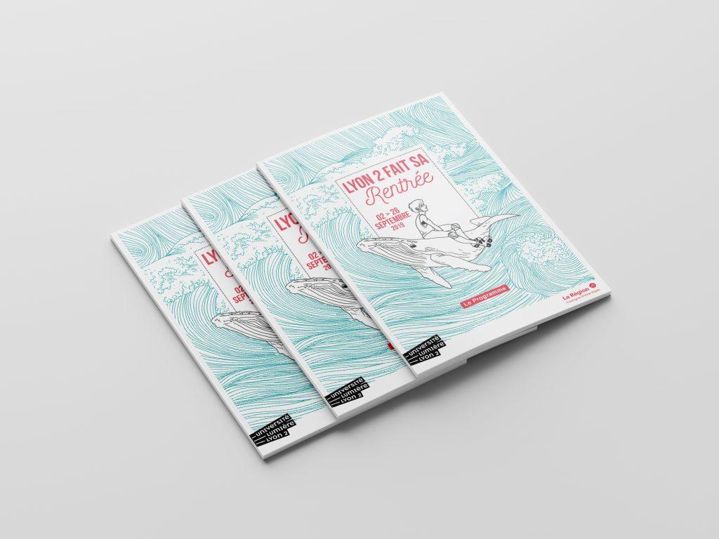 On voit 3 couvertures du programme, avec un personnage sur le dos d'une baleine. Il y a des vagues en arrière plan dessinée sur le modèle des vagues d'hokusai